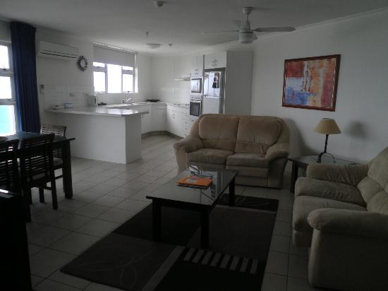 Grosvenor Beachfront Apartments: Kitchen/Lounge area