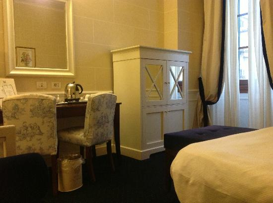 FH Calzaiuoli Hotel: Face au lit 