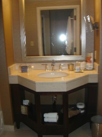 أومني لوس أنجلس هوتل آت كاليفورنيا بلازا: Pia do banheiro com muitos amenities 