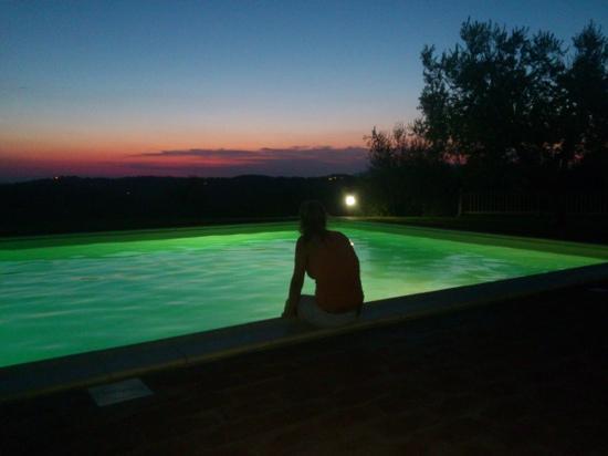 Podere La Casa: tramonto in piscina