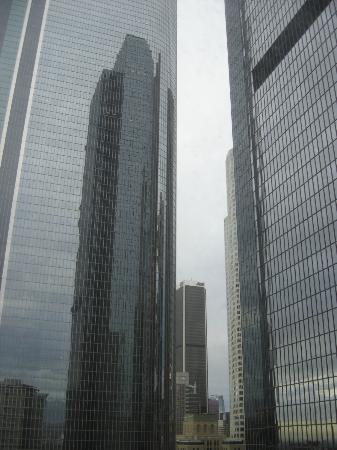 Omni Los Angeles at California Plaza: Vista da janela do ap. com prédios lindos