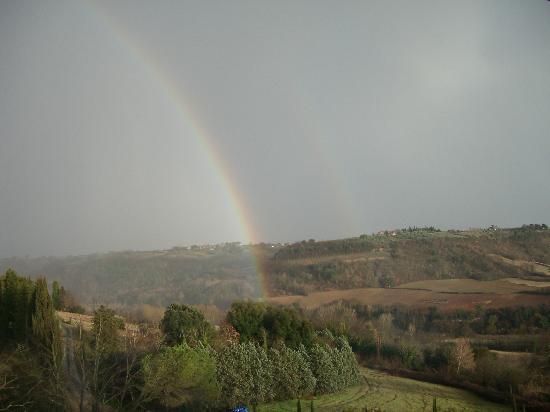Torraccia di Chiusi: Arcobaleno sulla via Francigena
