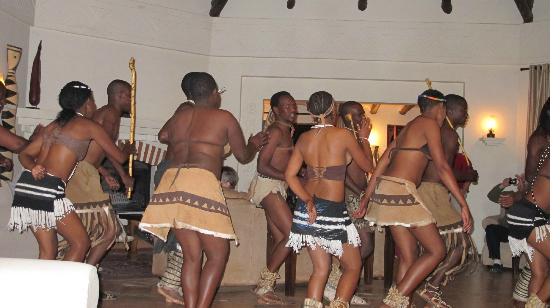 Sanctuary Chobe Chilwero: dancers at the lodge