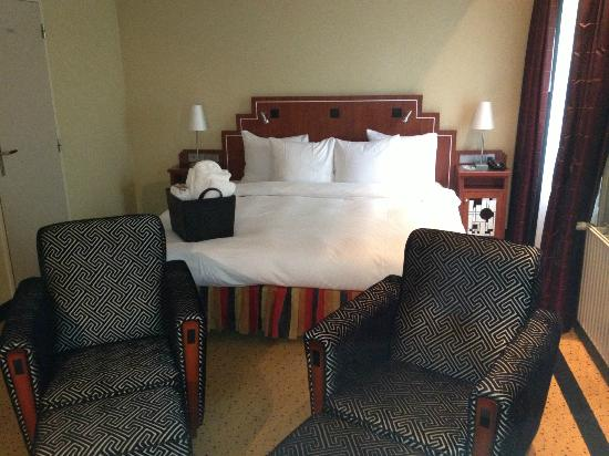 Banks Mansion: Massive bed in our Junior suite