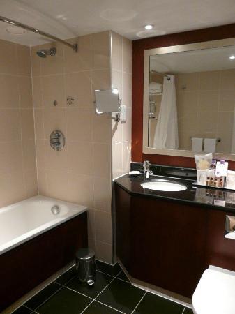 Sheraton Skyline Hotel London Heathrow: Good bathroom, excellent shower