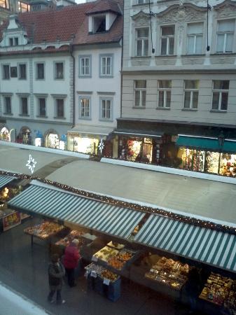 Pension Corto: Vista sulla piazza su cui si affaccia l'hotel
