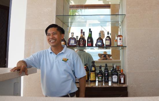El Nido Resorts Pangulasian Island: One of two beachside bars and friendly staff (Roy!)