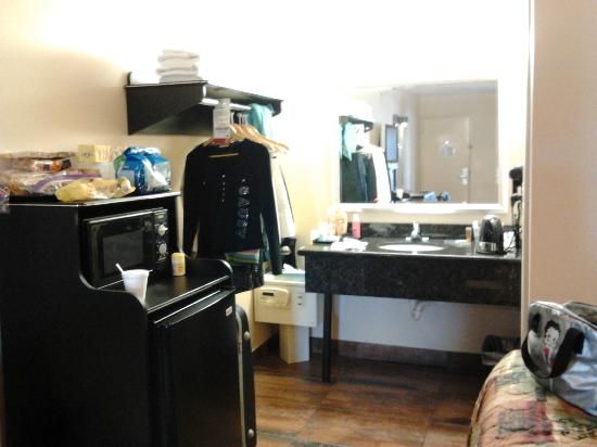 Super 8 Kissimmee/Maingate/Orlando Area: Fridge/Microwave/Wash Area 