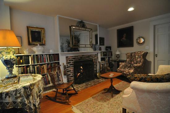 Brookhill Bed and Breakfast: Warm fireplace area