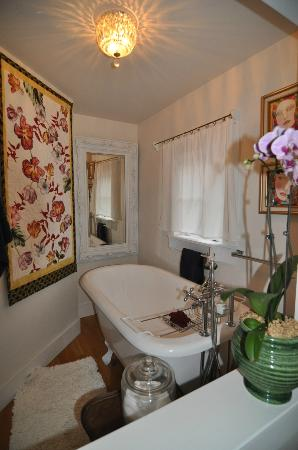 Brookhill Bed and Breakfast: Soaking tub with a private view