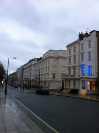 Comfort Inn Buckingham Palace Road: palazzina dove ho soggiornato con luci bleau