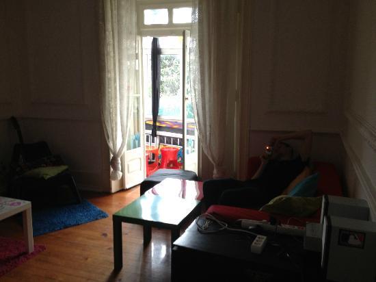 Lisbon Chillout Hostel: Living room + balcony