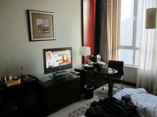 Jinnian Hotel: tv e postazione computer nella camera