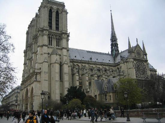 Discover Walks : Notre Dame on a chill November day
