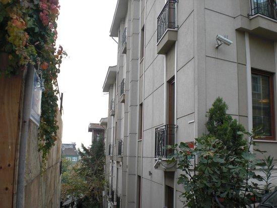 Acra Hotel: Zijkant van het hotel