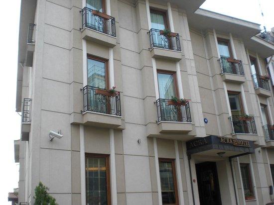 Acra Hotel: Voorkant van het hotel