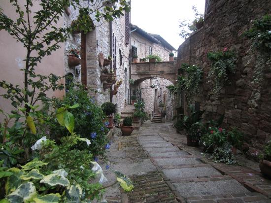 Hotel Il Cacciatore: Exploring the narrow streets of Spello