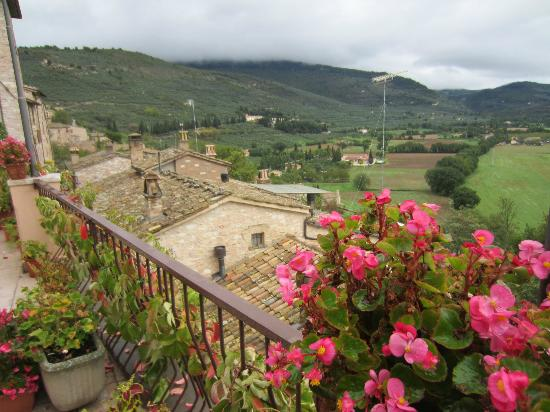 Hotel Il Cacciatore: View to the Umbrian valley below