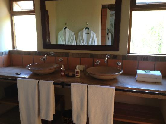 Toro Yaka Bush Lodge: The bathroom