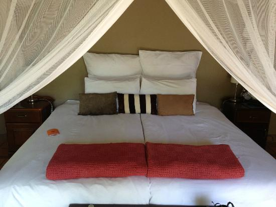 Toro Yaka Bush Lodge: the bed