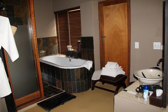 Etali Safari Lodge: Our bathroom