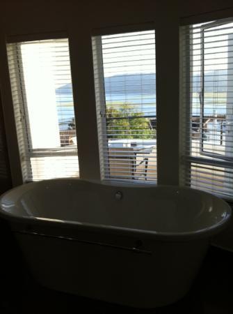 Villa Afrikana Guest Suites: Traumbad mit Blick auf die Lagune