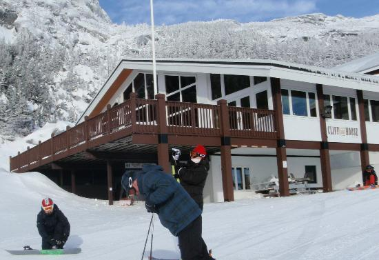 Cliff House Restaurant: Gondola in Ski out