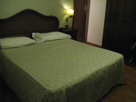 Hotel Ca' d'Oro: letto e ingresso bagno