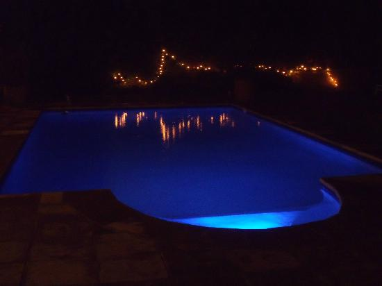 River Manor Boutique Hotel & Spa: Pool by night