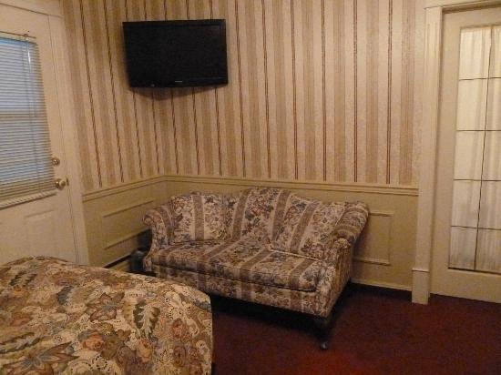 Athabasca Hotel: this love seat was in the room with the two twin beds (jr suite)