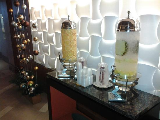 Chicago Marriott O'Hare: Lobby water dispensers with fresh fruit - fruit changes daily