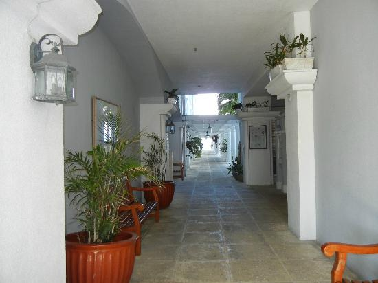 Grand Cayman Beach Suites: front entryway leading to pool area