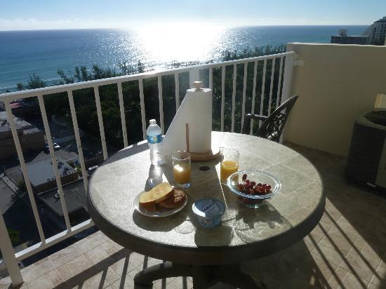 Fort Lauderdale Beach Resort : Balcón y desayuno