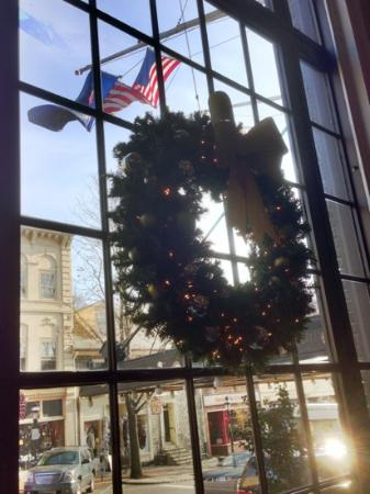 Tap Room - Hotel Bethlehem: Christmas Decorations Add to Ambiance at the Tap Room