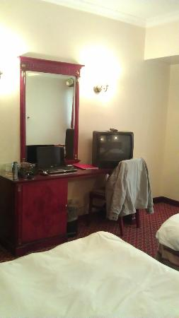 Pyramisa Suites Hotel Cairo: very small (Not LCD) TV