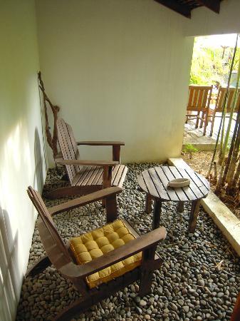 พกา วิลล่า โฮเต็ล: kleiner Sitzbereich vor dem Bungalow