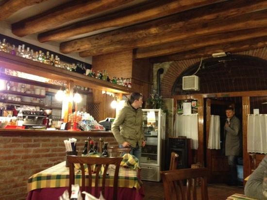Entrata e bancone della pizzeria - Picture of La Cascina, Creazzo ...
