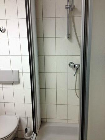 Businesshotel & Appartements Stuttgart-Vaihingen: Corner shower stall
