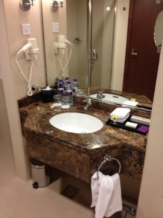 Park Regis Kris Kin Hotel: Ванная