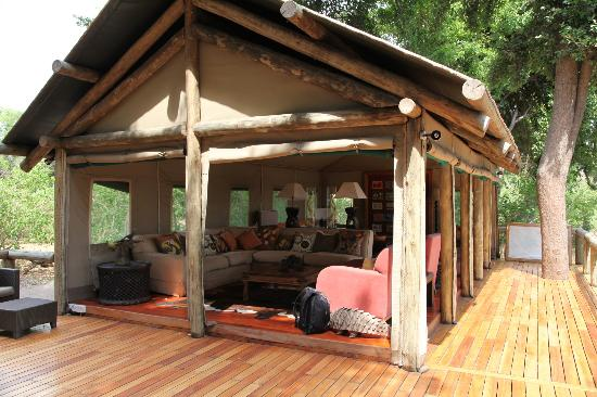 Wilderness Safaris Seba Camp: Tente principale/bibliothèque