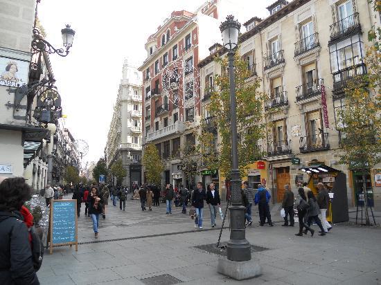 Hostal Oriente: Vista dell'Oriente Hostal e corso che porta a Puerta del Sol