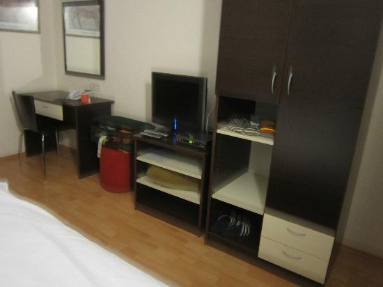 Berkeley Hotel & Day Spa: Room closet & TV