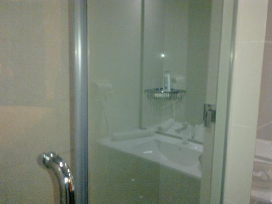 Central Hotel Tana: Huge Bathrooms