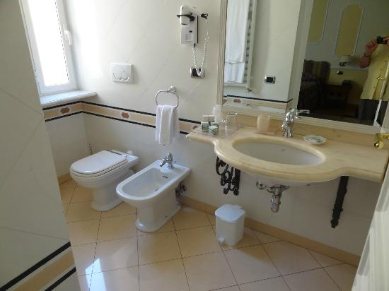 Residenza Cellini: toilet and bidet