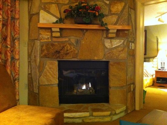 Gatlinburg Town Square Resort By Exploria Resorts: the fireplace was lovely.