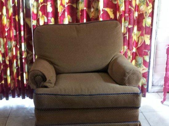 Chrisanns Beach Resort: armchair in lounge