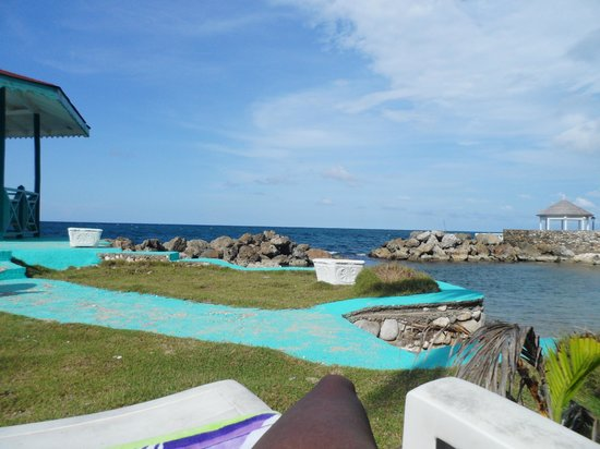 Chrisanns Beach Resort: Private beach