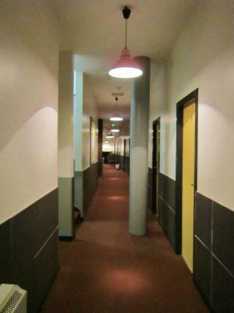 The International Inn & Apartments: Couloir