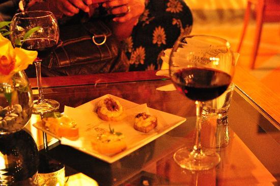 Hotel Degli Orafi: Complimentary appetizers and wine