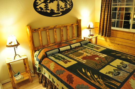 Denali Fireside Cabins & Suites: Queen bed with Alaskan quilt